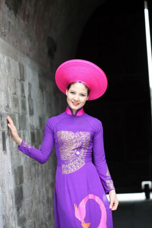Trần Thị Quỳnh nền nã với áo dài tím