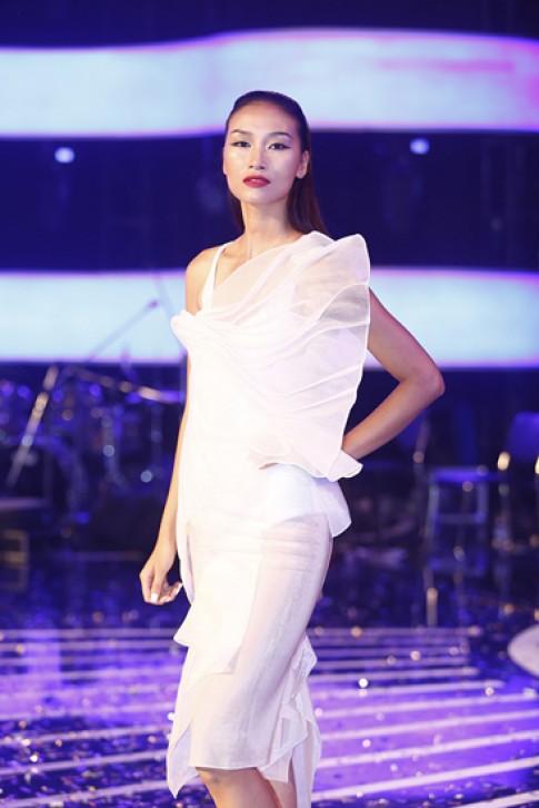 Trang Khiếu thanh lịch với váy áo gam trắng