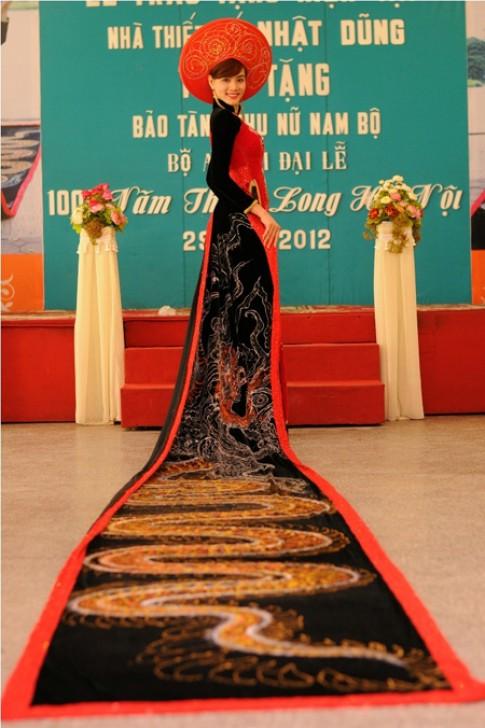Trang Nhung diện áo dài thêu rồng dài gần 14 m