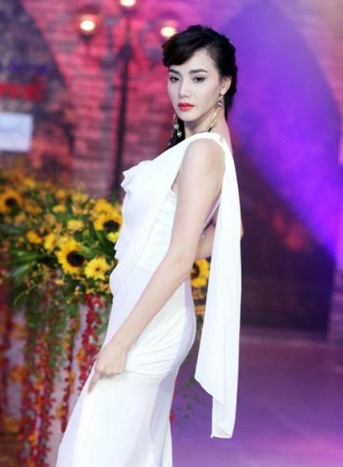 Trang Nhung dien catwalk voi ve mat u buon