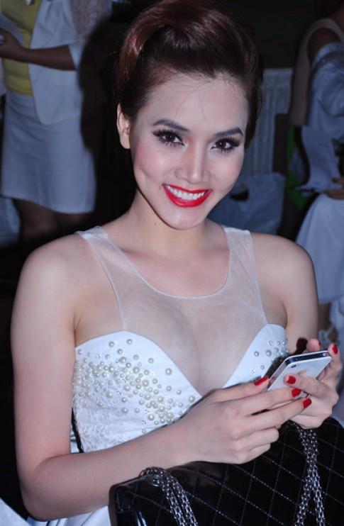 Trang Nhung nổi bật cùng váy trắng