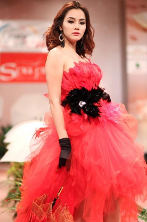 Trang Nhung rực đỏ váy cưới