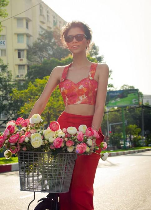 Trang Trần đạp xe hoa ra phố