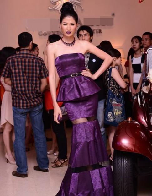 Trang Trần mang giày 25 cm dự tiệc