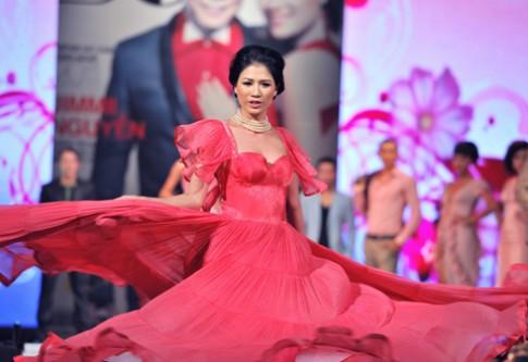 Trang Trần nhún nhảy trên sàn catwalk
