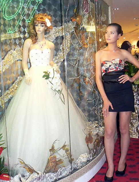 Trao kỷ lục cho chiếc váy cưới đắt nhất Việt Nam