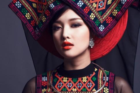 Triệu Thị Hà diện áo dài kết hợp khăn piêu