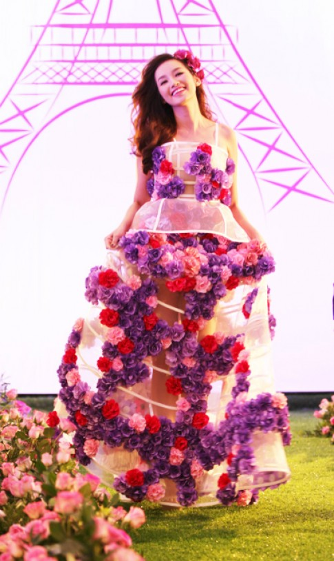 Trúc Diễm, Vân Trang diện váy kết từ hoa