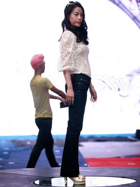 Trương Ngọc Ánh luyện catwalk
