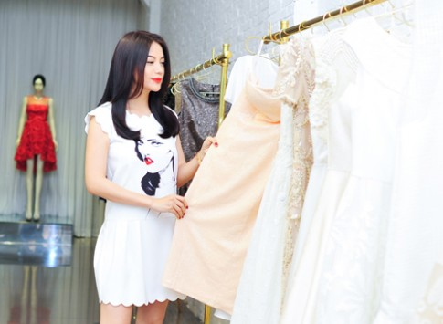 Trương Ngọc Ánh thử trang phục dự liên hoan phim tại Pháp