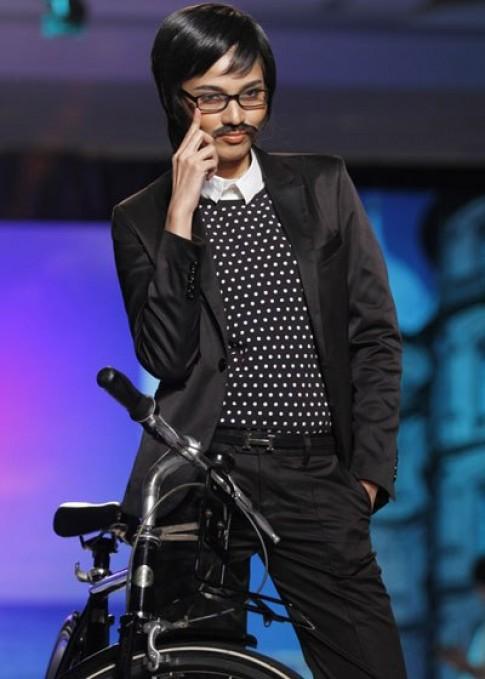 Trương Thị May giả nam cưỡi xe đạp trên sàn catwalk