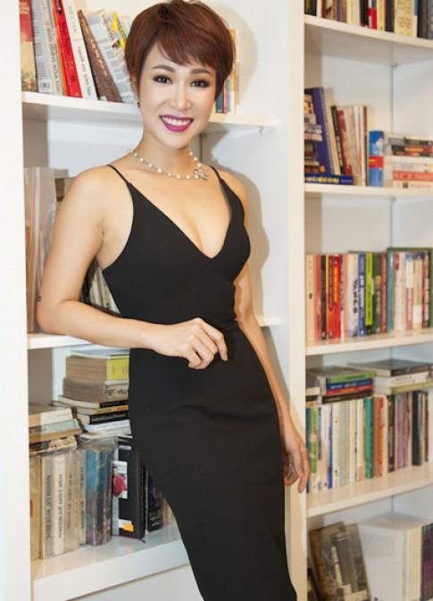 Uyên Linh diện đầm đen xẻ cổ đi event