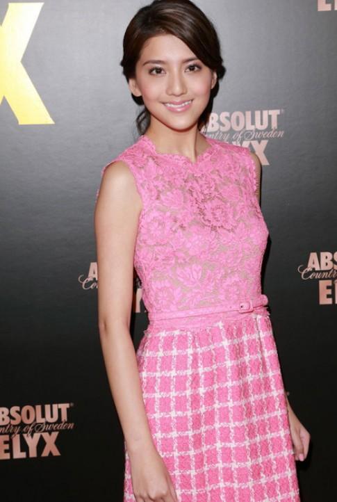 Váy áo tôn vẻ trẻ trung của bạn gái Lâm Phong