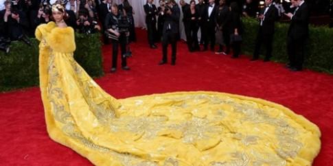Váy của Rihanna được làm từ chỉ vàng, lông cáo