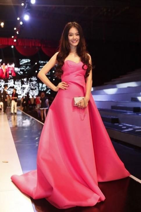 Váy đuôi cá nổi bật trên thảm đỏ 'Đêm hội chân dài 7'