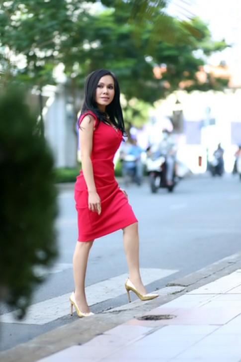 Việt Hương diện váy khoe vẻ nữ tính