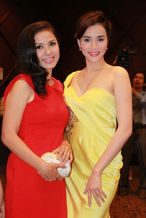 Việt Trinh, Trang Nhung diện váy màu nóng