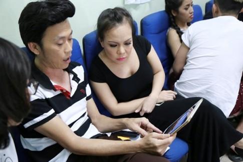 'Vợ chồng' Hoài Linh - Việt Hương không rời nhau trong hậu trường