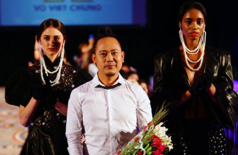 Võ Việt Chung tiếp tục mang chất liệu mặc nưa đến Mỹ
