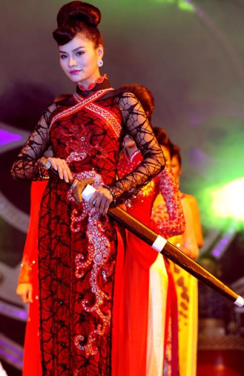 Vũ Thu Phương cầm kiếm diễn thời trang áo dài