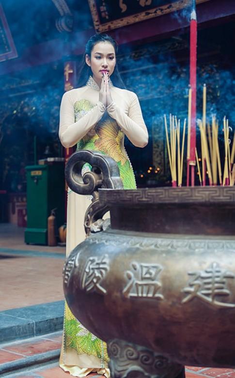 Vương Thu Phương nền nã với áo dài