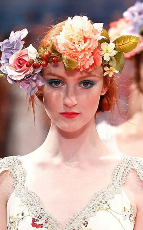Xu hướng tóc cài hoa ngập tràn sàn catwalk