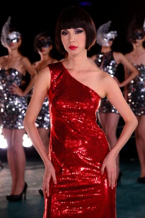 Xuân Lan đỏ rực bên thí sinh Top Model