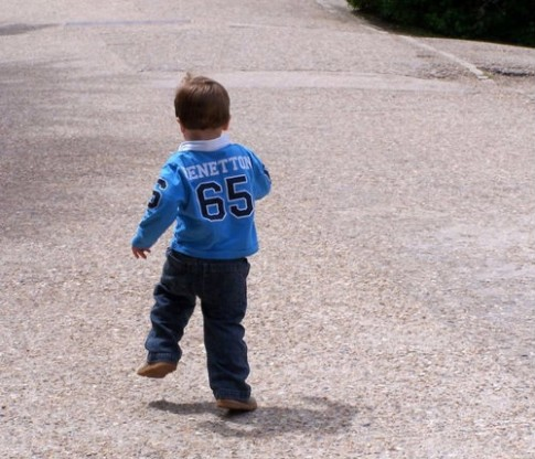 2 cách dạy bé đi bộ an toàn