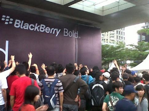 90 người bị thương vì chen lấn mua Bold 9790 tại Indonesia