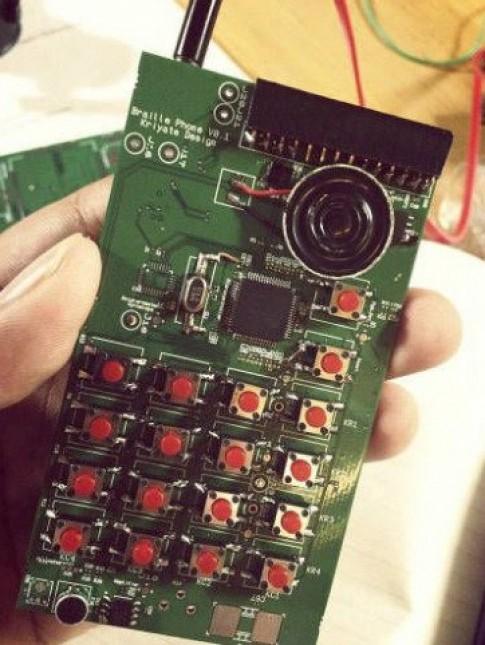 Ấn Độ chế tạo smartphone dành cho người mù