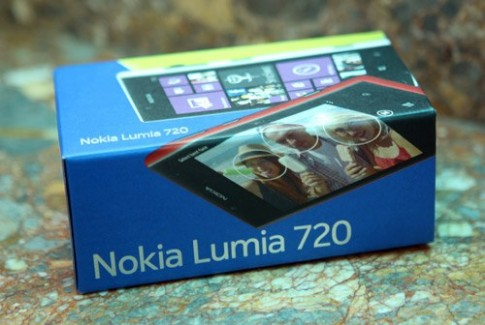 Ảnh 'đập hộp' Nokia Lumia 720 tại TP HCM