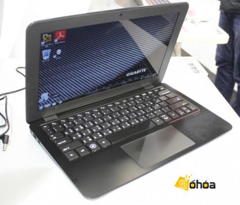 Ảnh laptop vỏ carbon nặng chưa đầy 1 kg