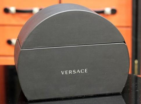 Ảnh 'mở hộp' điện thoại thời trang Versace Unique (1)