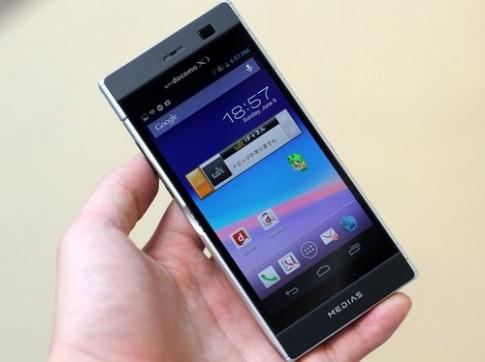Ảnh thực tế smartphone 2 màn hình NEC Medias W N-05E