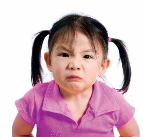 Bé 2 tuổi hay la hét, có phải bị tự kỷ?