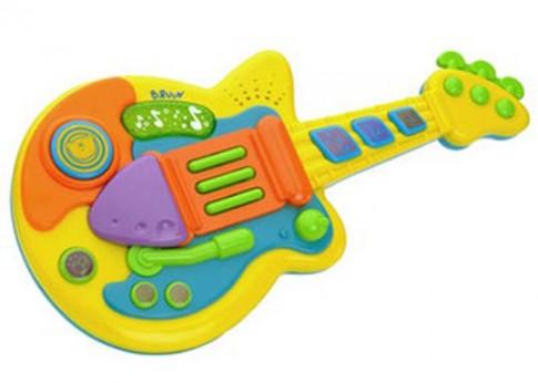 Bé học nhạc với guitar nhựa