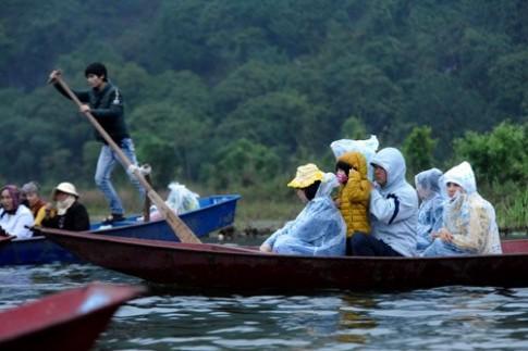 Bé mệt phờ trong dòng người lễ chùa Hương