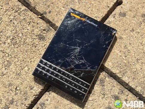 BlackBerry Passport bốc khói khi bị đập bằng búa