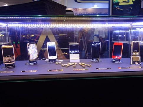 Bộ sưu tập điện thoại chế tác bằng vàng, đá quý độc đáo