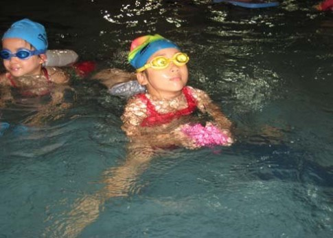 Bước đầu đưa con đi học bơi