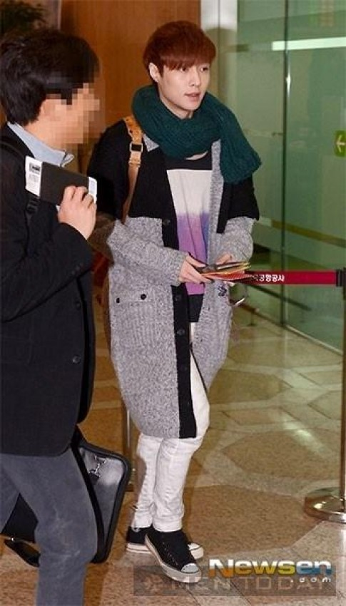 Các chàng trai EXO cực phong cách tại sân bay