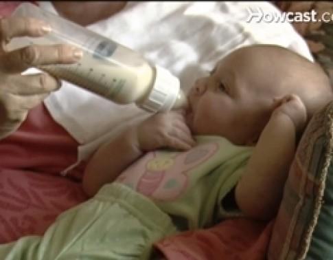 Cách an toàn khi cho bé uống sữa bình
