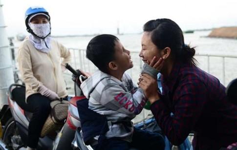 Cảm động người mẹ vượt 140 km đưa con trai tật nguyền đi học