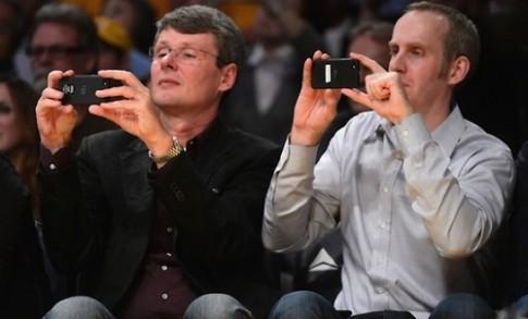 CEO RIM xuất hiện cùng chiếc BlackBerry lạ