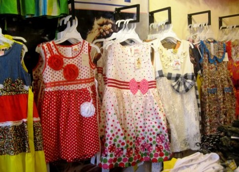 Chọn mua quần áo không gây dị ứng cho bé