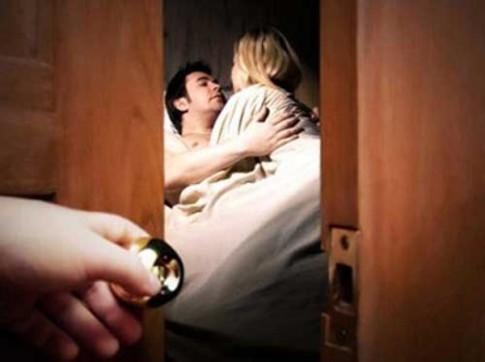 """Chồng ranh mãnh """"lên giường"""" với bồ ngay trước mũi vợ"""