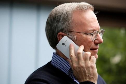 Chủ tịch Google 'khoe' điện thoại chưa công bố Moto X