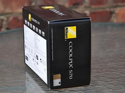 'Đập hộp' camera cảm ứng của Nikon