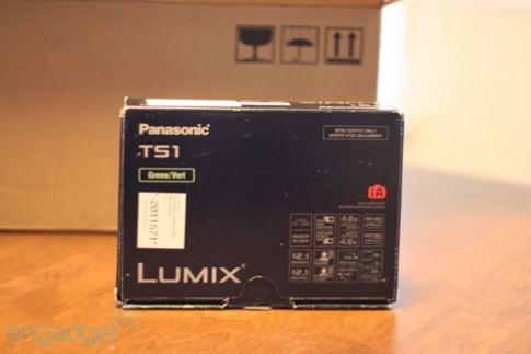 'Đập hộp' máy ảnh chịu nước Panasonic
