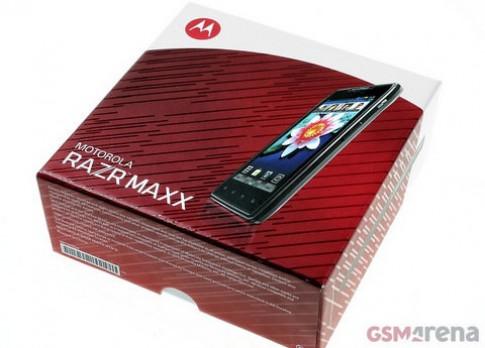 'Đập hộp' Motorola Razr Maxx pin khủng